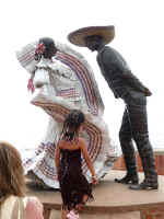 xiutla dancers sculpture on the new malec�n